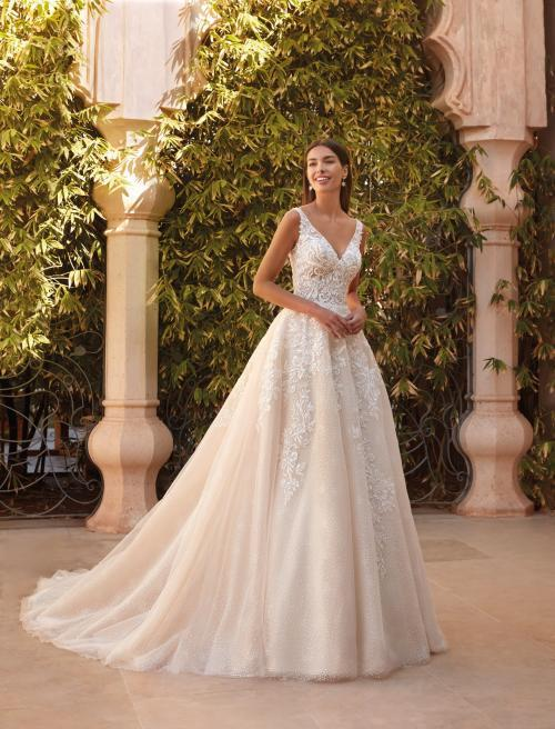 Brautkleid in Rosé im Prinzessschnitt mit Tüllrock und V-Ausschnitt von Demetrios, Modell 1084