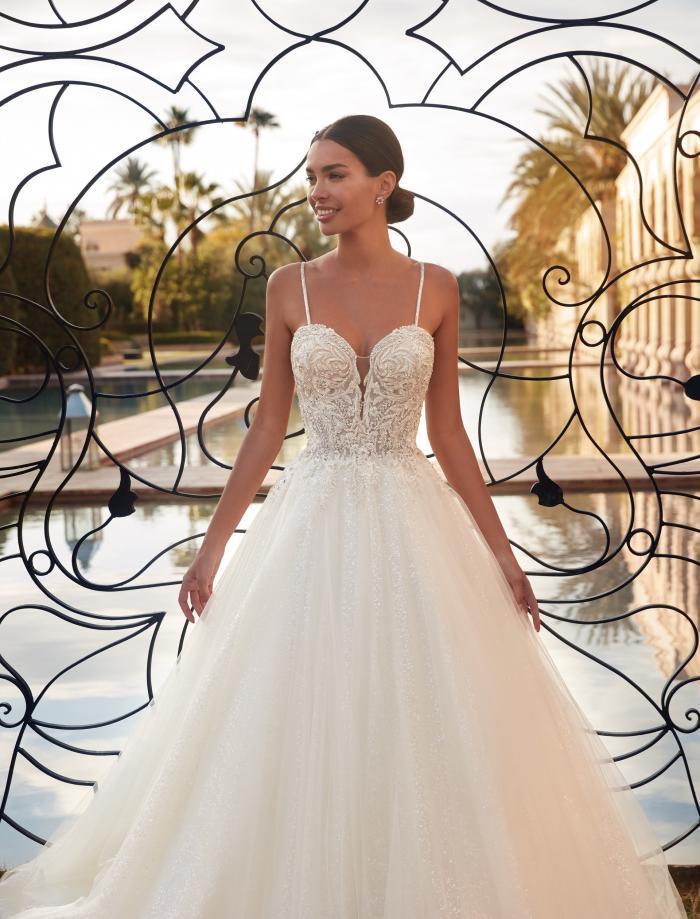 Brautkleid im Prinzessschnitt mit Plunge-Ausschnitt und Spaghettiträgern von Demetrios, Modell 1129