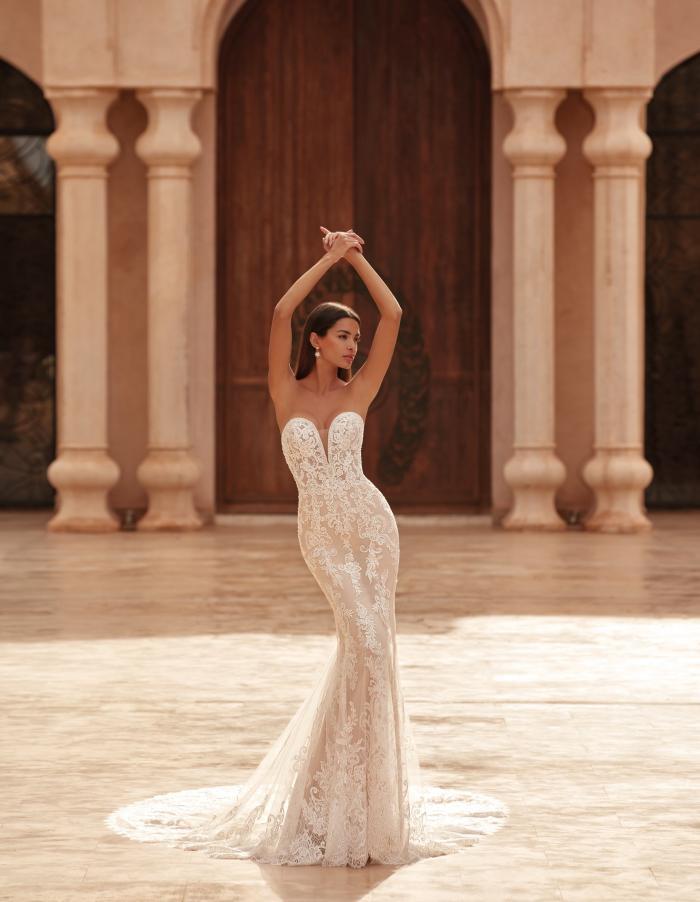 Trägerloses Fit-and-Flare-Hochzeitskleid in Rosé mit Sweetheart-Ausschnitt von Demetrios, Modell 1083