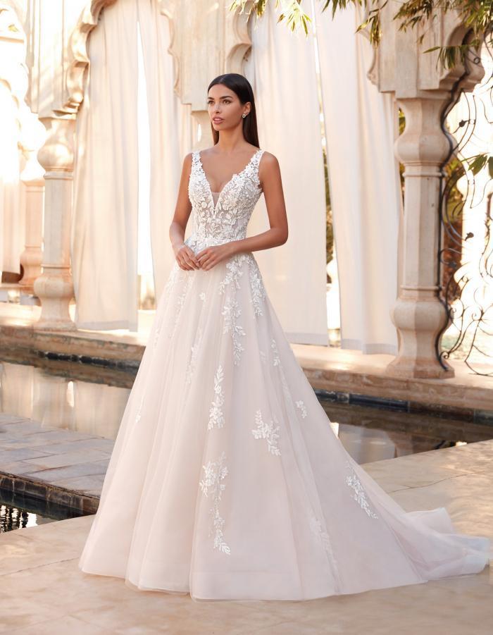 Hochzeitskleid in A-Linie mit Spitzentop, V-Ausschnitt und Schleppe von Demetrios, Modell 1079