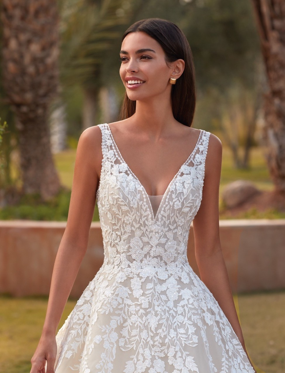 Hochzeitskleid im Prinzessstil mit 3D-Spitze und V-Ausschnitt von Demetrios, Modell 1099