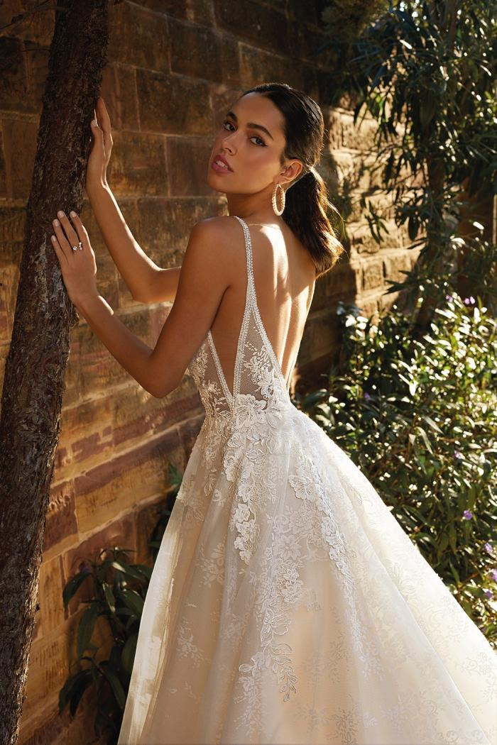 Brautkleid mit 3D-Spitze und V-Ausschnitten, seitlich und im Rücken, von Demetrios, Modell 8071
