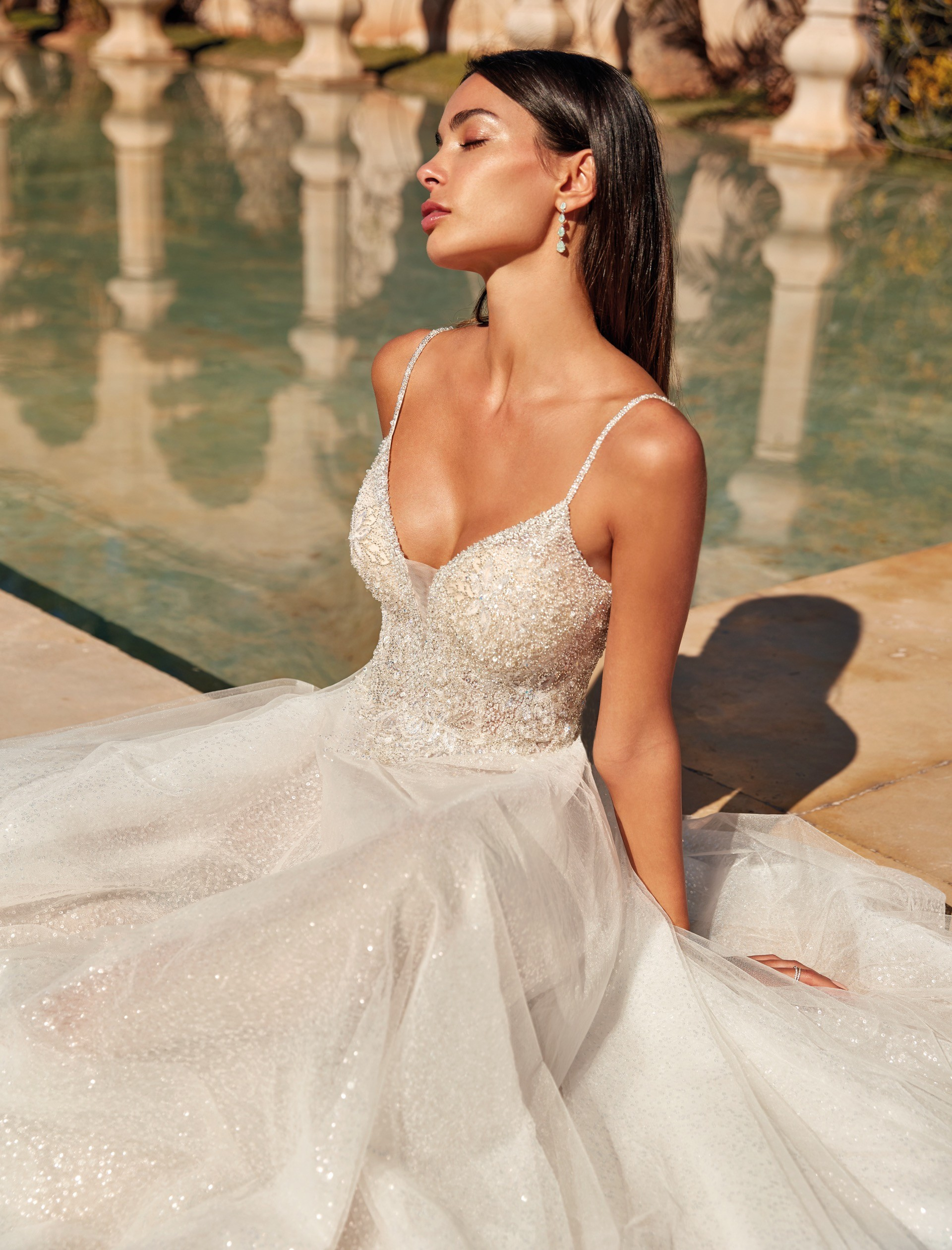 Hochzeitskleid mit Glittertüllrock, Plunge-Ausschnitt und Spaghettiträgern von Demetrios, Modell 1082