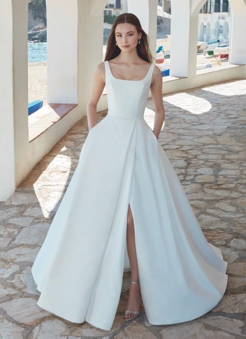 Puristisches Brautkleid im Prinzessschnitt mit Karrée-Ausschnitt, Taschen und Schlitz von Love, Modell Arlette