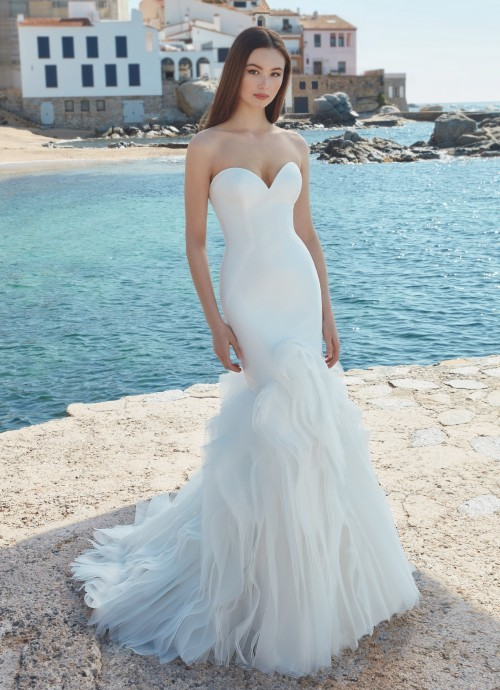 Trägerloses Hochzeitskleid im Clean Chic mit Sweetheart-Ausschnitt und Volants von Love, Modell Alyse