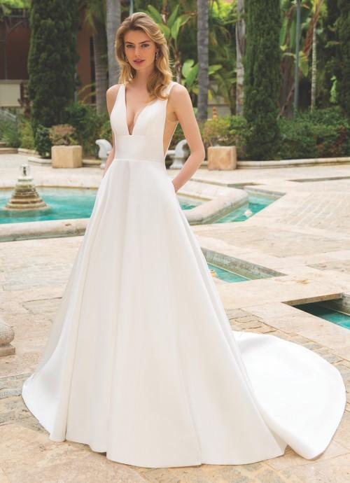 Puristisches Brautkleid mit V-Ausschnitten und seitlichen Taschen von Enzoani, Modell Rosette