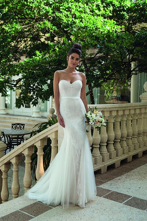 figurbetontes Brautkleid in weiß