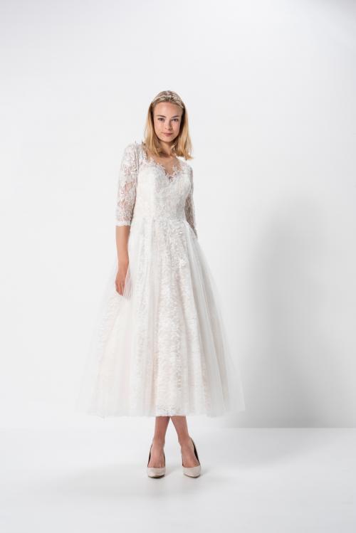 Kurzes Brautkleid mit Tüllrock und Spitzenärmeln von Weise in Weiß