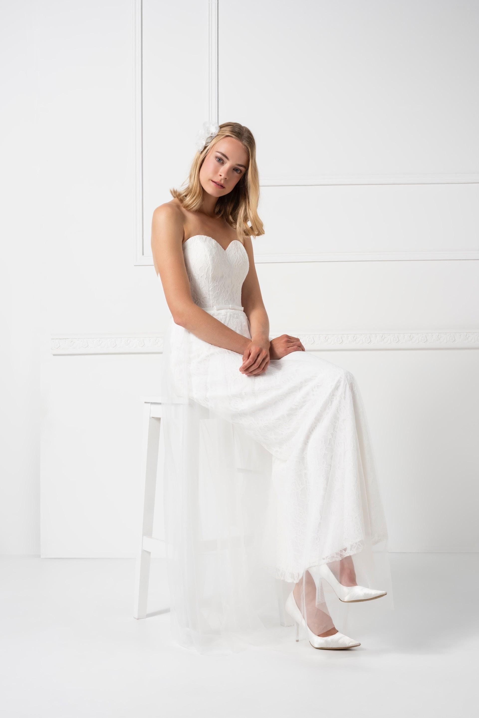 Langes Kleid mit Spitze und Sweetheart-Ausschnitt von Weise in Weiß