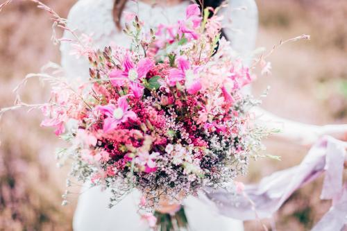 Blumenstrauß mit Schleierkraut und Wachsblumen