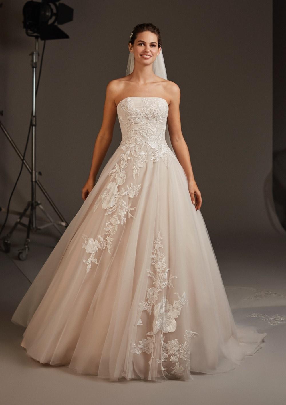 Hochzeitskleid mit Bandeau-Ausschnitt von Pronovias