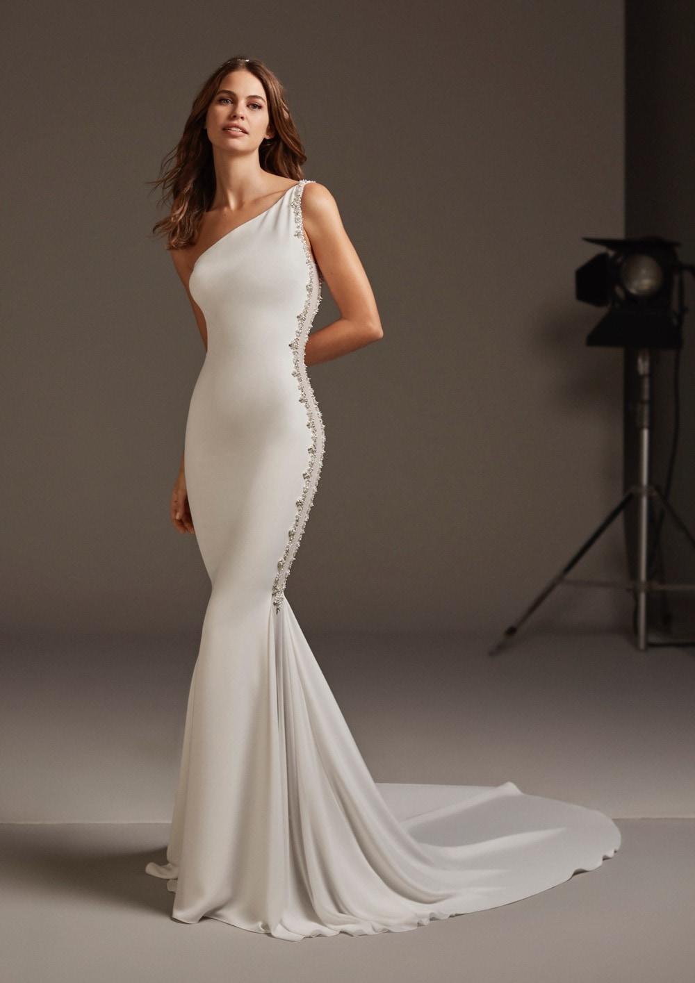 Brautkleid mit One Shoulder-Ausschnitt von Pronovias