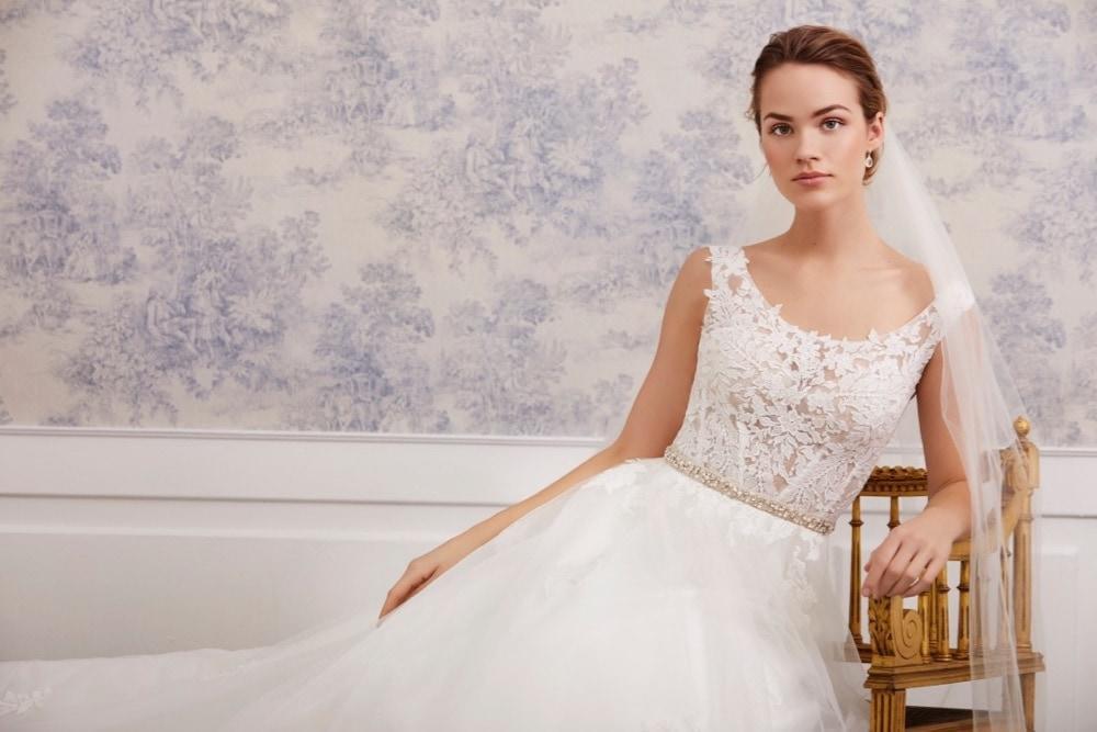 Brautkleid mit Rundhals-Ausschnitt von Lilly Brautmode