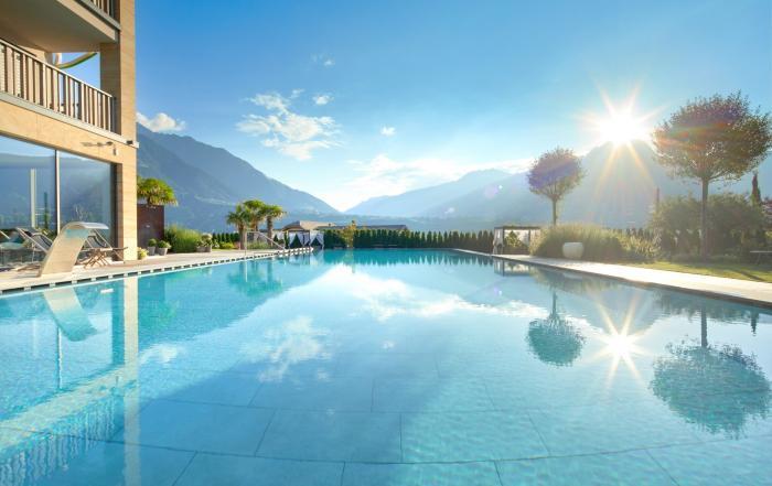 Panorama Infinity Outdoorpool im La Maiena Meran Resort in Südtirol