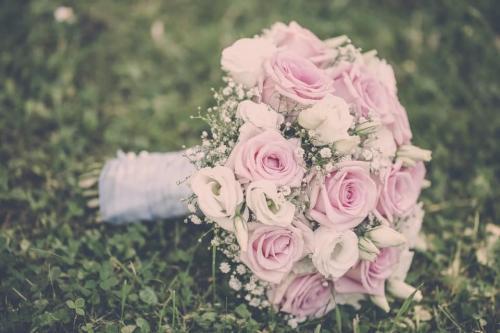 Biedermeierstrauß aus Rosen und Schleierkraut