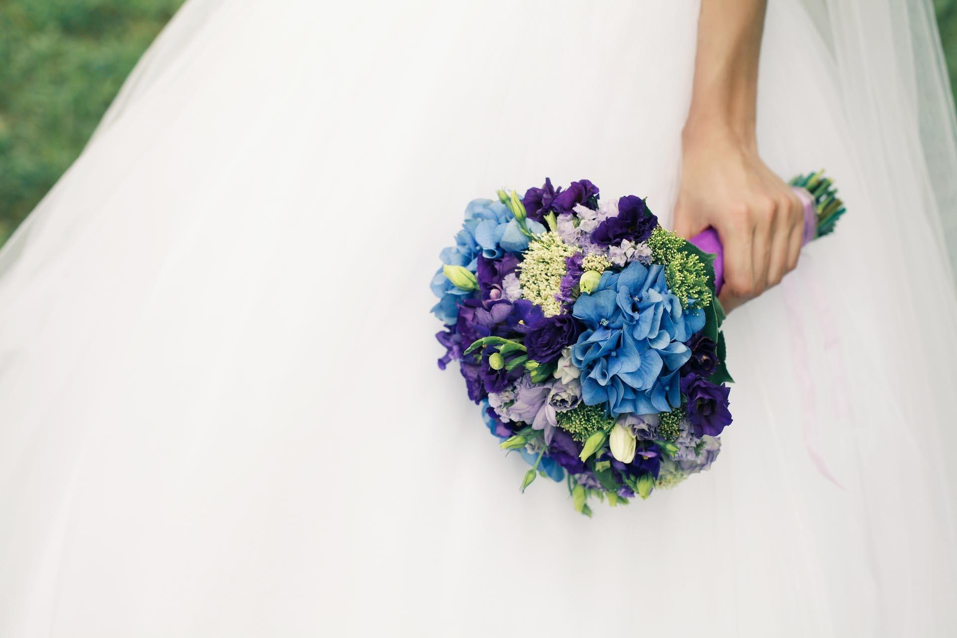 Brautstrauß in Blau und Lila