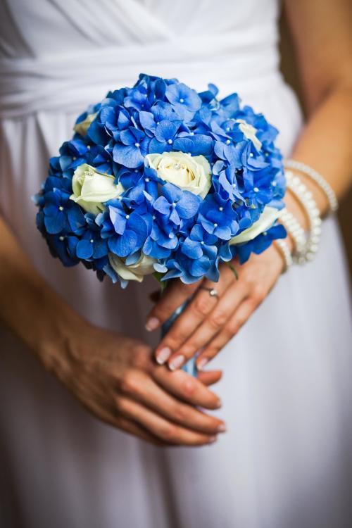 Brautstrauß mit Hortensien und Rosen
