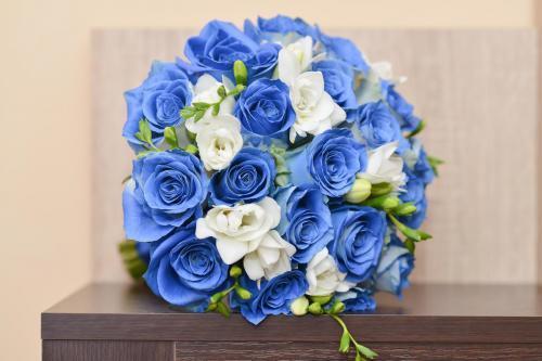 Brautstrauß mit blauen Rosen