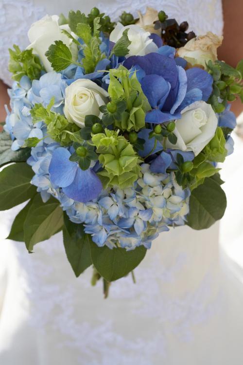 Brautstrauß in Blau, Weiß und Grün mit Hortensien