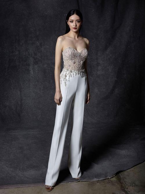 Hochzeits-Jumpsuit mit trägerloser, bestickter Korsage mit Sweetheart-Ausschnitt und Strassdetails von Enzoani, Modell Ohanna