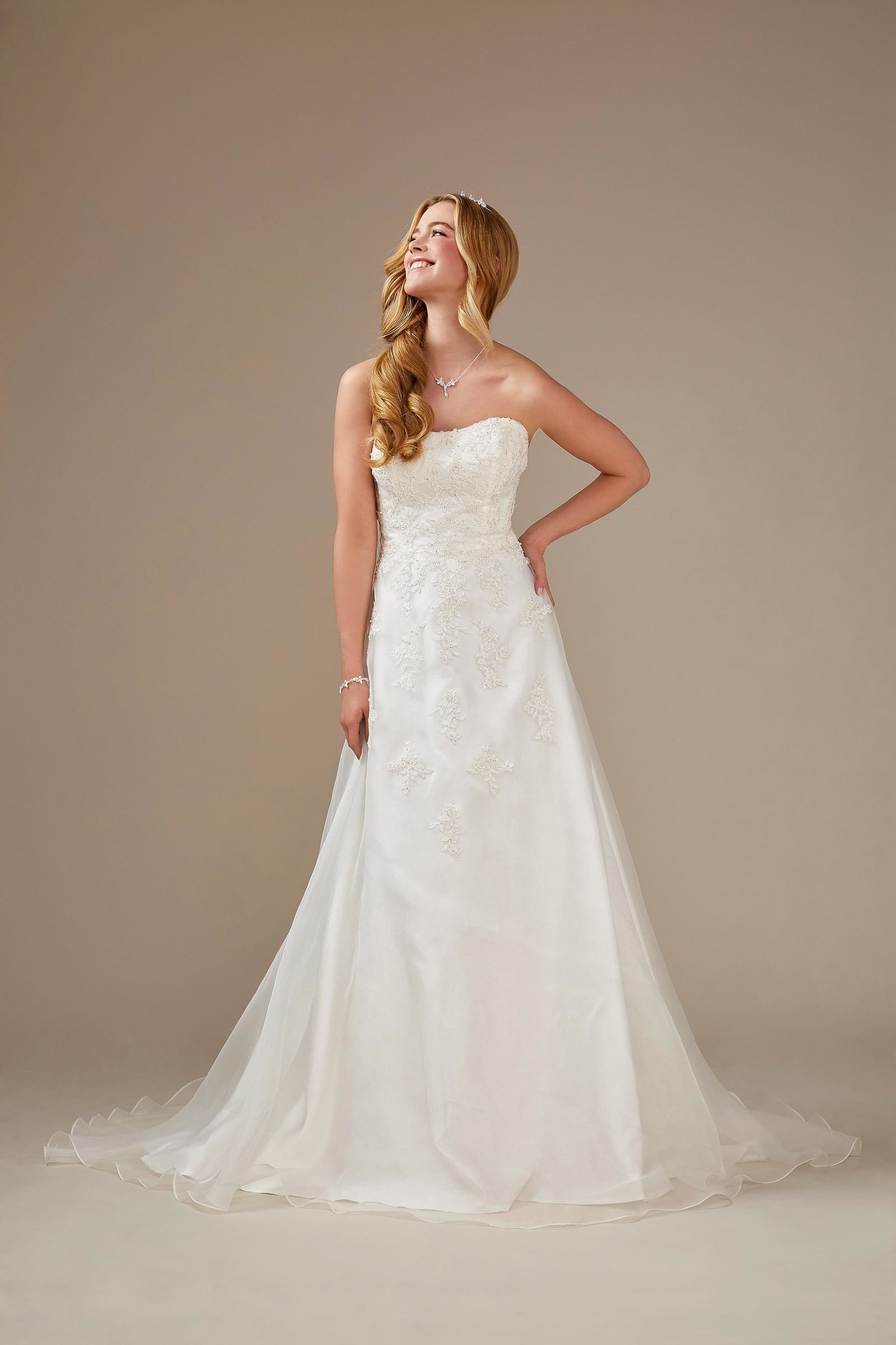 trägerloses Brautkleid mit optionalem Carmen-Top aus Spitze von Weise, Modell 336202