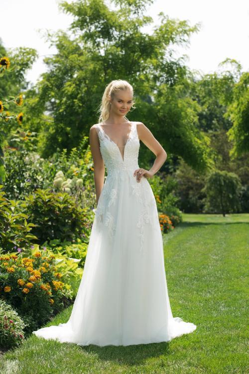 Brautkleid in A-Linie mit Spitze und tiefem V-Ausschnitt von Sweetheart, Modell 11006