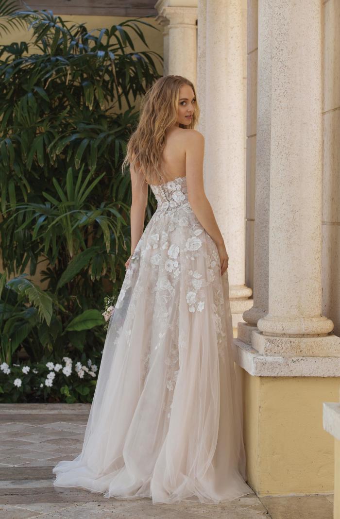 trägerloses Brautkleid mit Blüten im Prinzessinnen-Stil von Sincerity, Modell 44073