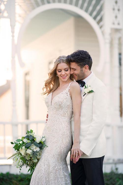 Brautkleid in Blush im Fit-and-Flare-Schnitt aus Spitze mit tiefem Plunge-Ausschnitt von Martina Liana