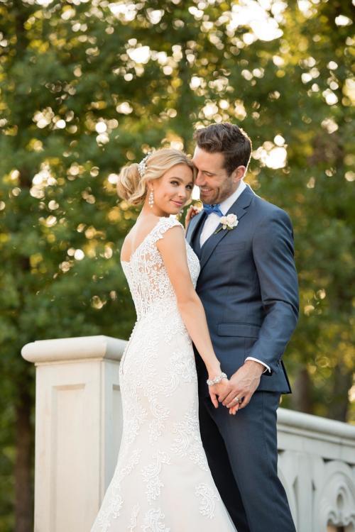 Blush-farbenes Brautkleid mit weißer Spitze im Fit-and-Flare-Schnitt mit Spitzenrücken von Stella York