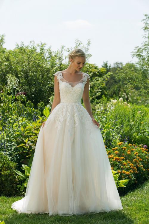 Brautkleid in Blush im Prinzessschnitt mit Spitze und Ausschnitt in Herzform vo Sweetheart, Modell 11034