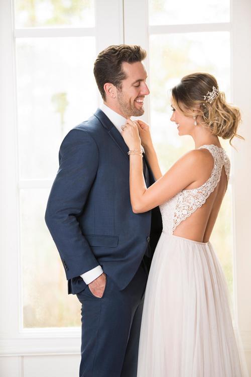 Blush-farbenes Brautkleid mit Spitzentop und großem Cutout im Rücken von Stella York