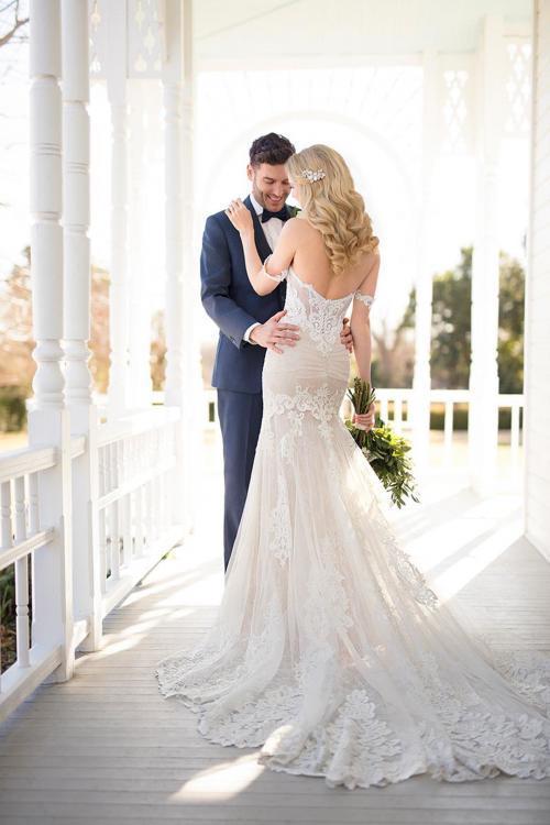 Schulterfreies Brautkleid in Blush im Fit-and-Flare-Schnitt mit Spitze, transparenter Korsage und Schleppe von Martina Liana