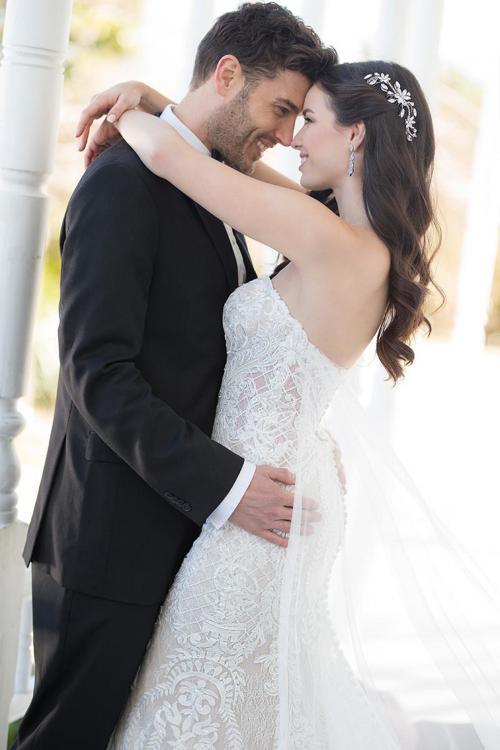 Trägerloses, figurbetontes Brautkleid in Blush aus Spitze von Martina Liana