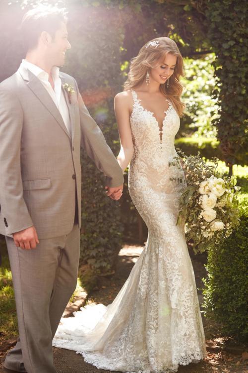 Brautkleid in Blush im Fit-and-Flare-Schnitt aus Spitze mit tiefem Ausschnitt von Martina Liana
