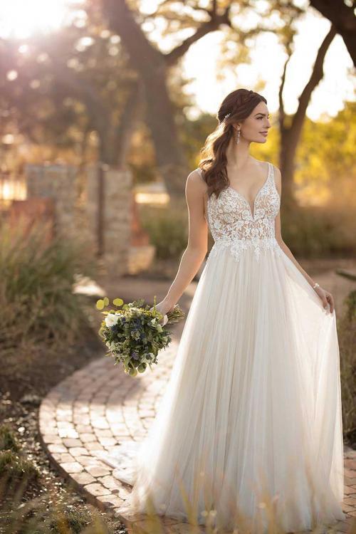 Brautkleid in Blush mit transparentem Spitzentop von Essense of Austalia
