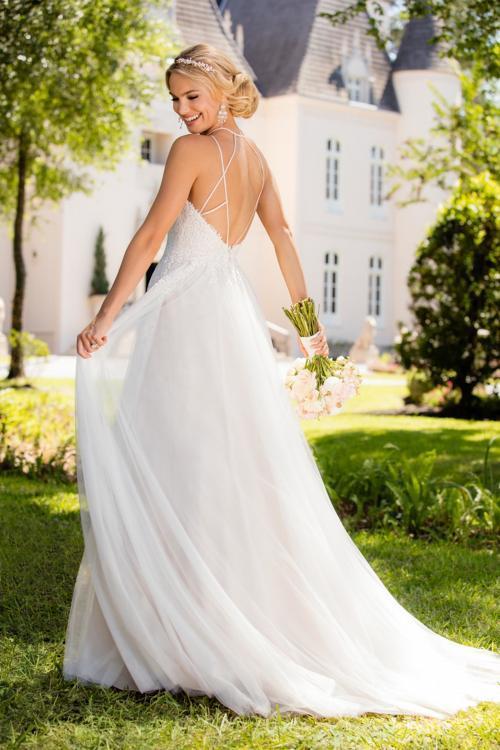 Blush-farbenes Brautkleid mit Tüllrock und tiefem Rückenausschnitt von Stella York
