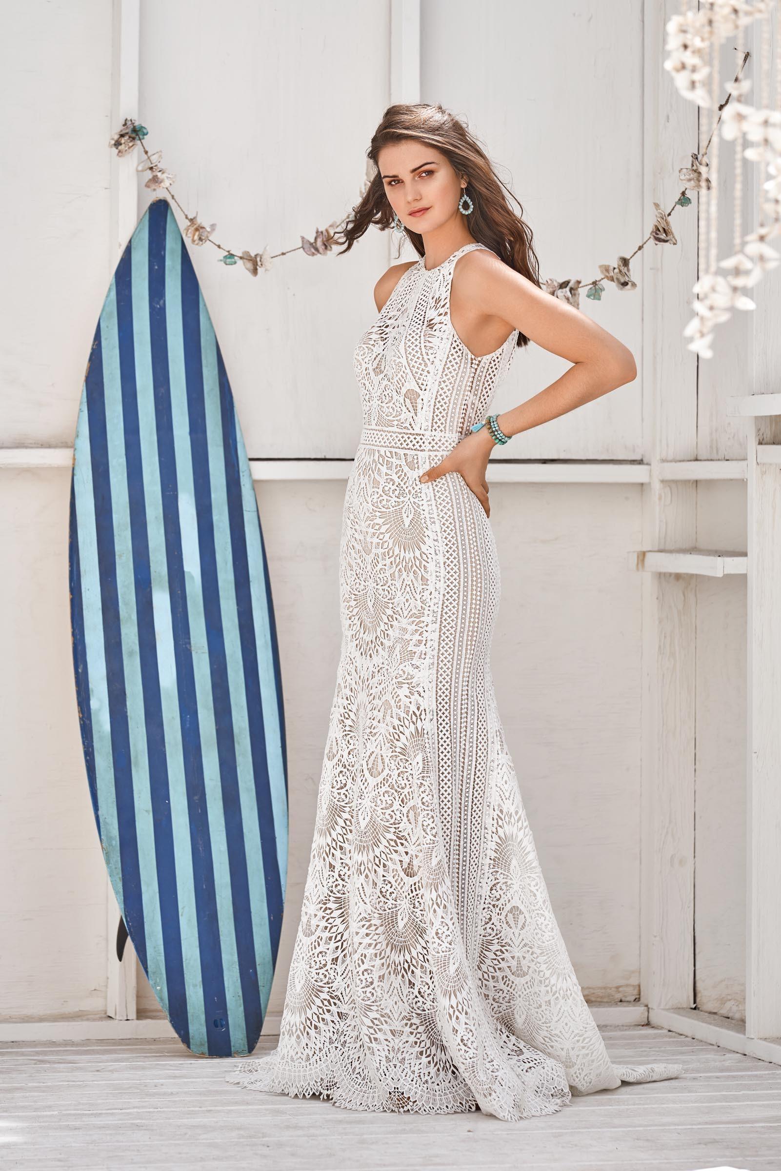 Brautkleid aus Spitze mit Neckholder im Boho-Stil von Lillian West, Modell 66055
