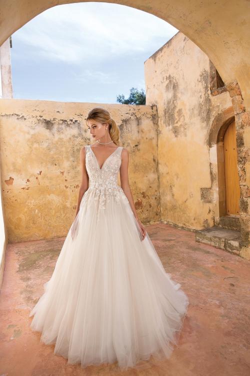 Cremefarbenes Prinzessinnen-Brautkleid mit V-Ausschnitt und Schleppe von Justin Alexander, Modell 88054
