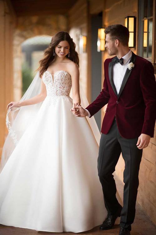 Cremefarbenes Brautkleid im Prinzessschnitt mit hautfarben unterlegtem Spitzentop mit Herzaussschnitt von Essense of Australia