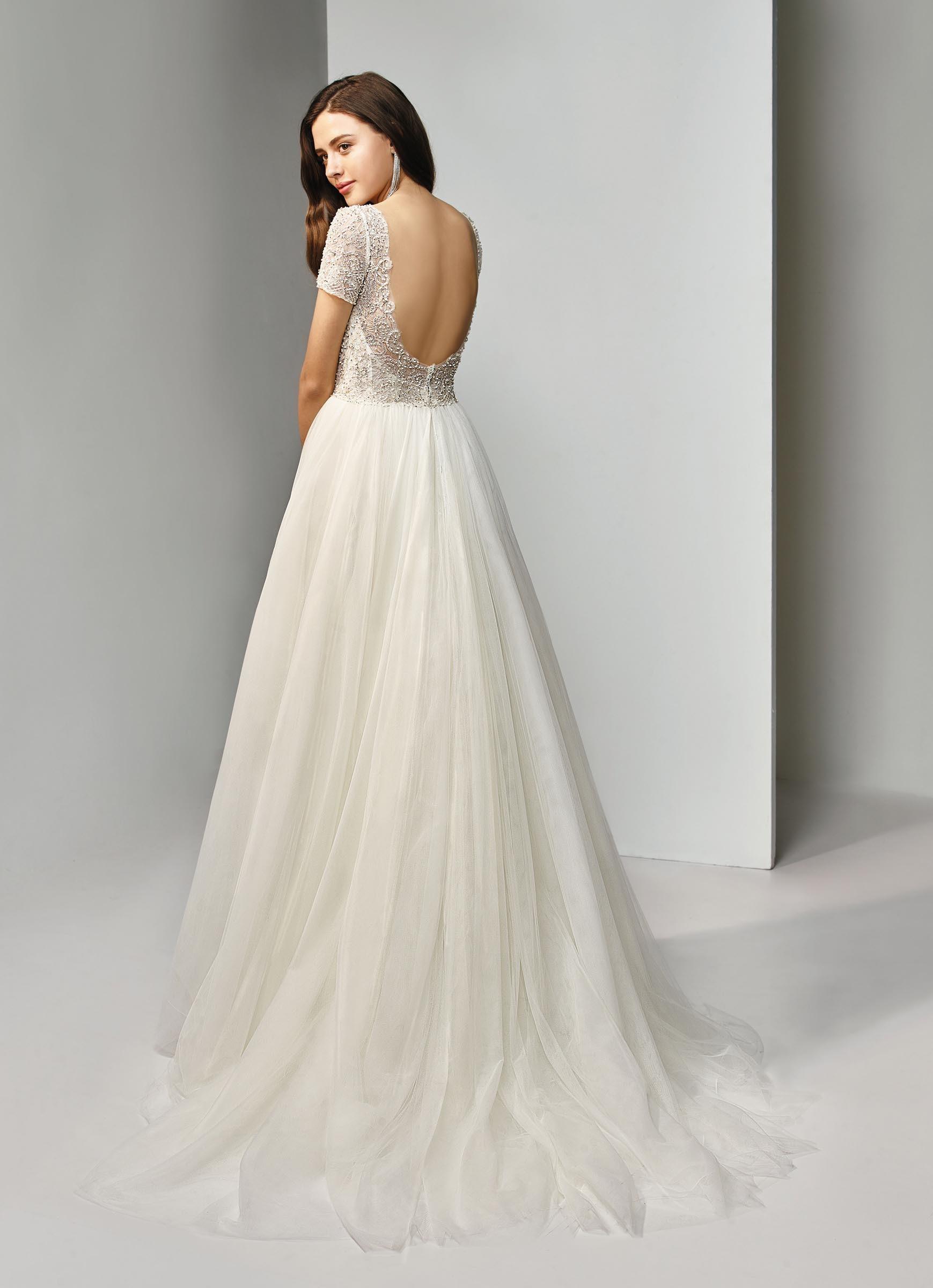 Cremefarbenes, besticktes Brautkleid mit Prinzessschnitt und Ärmeln von Beautiful Bridal, Modell BT19-24