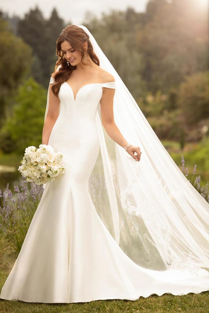 Cremefarbenes Brautkleid ohne Dekorationen, glänzend, mit figurbetontem Fit-and-Flare-Schnitt von Essense of Australia