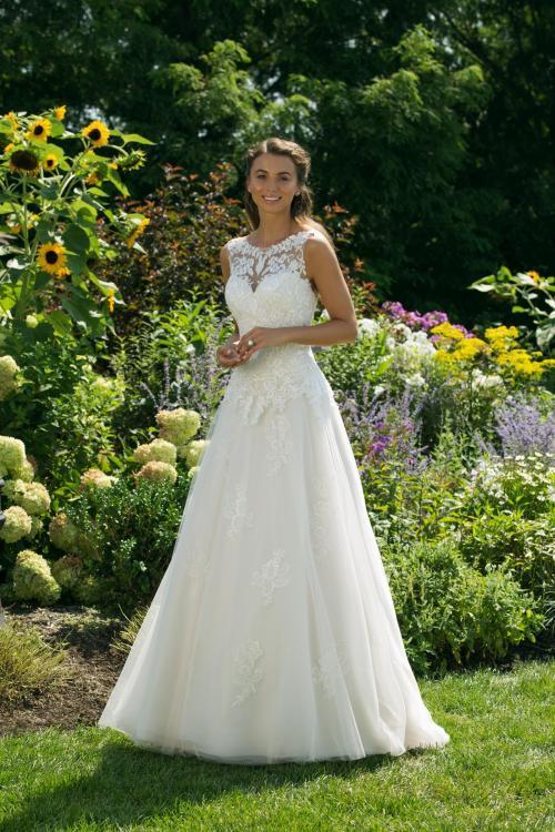 Cremefarbenes Brautkleid in A-Linie mit Spitze und Illusion-Ausschnitt von Sweetheart, Modell 11038