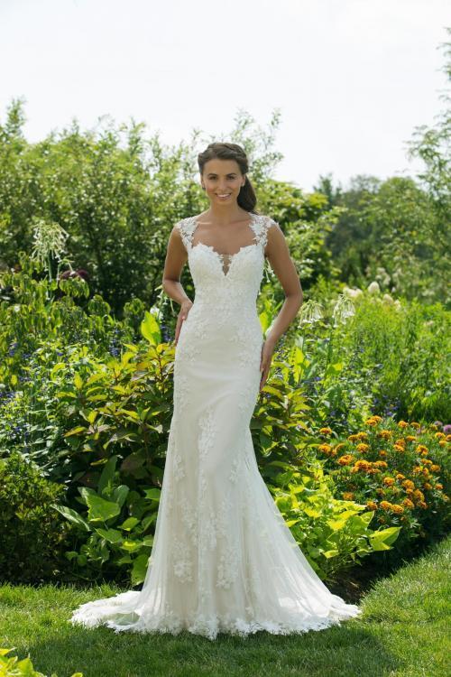 Cremefarbenes Brautkleid aus Spitze im Godetschnitt mit Ausschnitt in Herzform von Sweetheart, Modell 11039