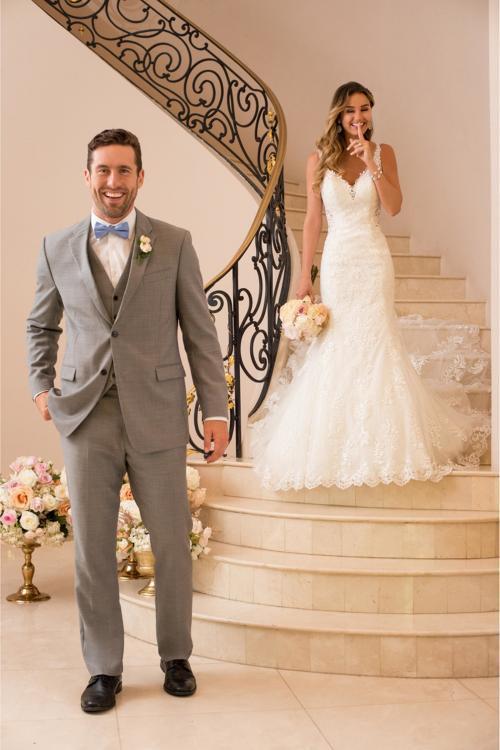 Cremefarbenes Brautkleid aus Spitze im Fit-and-Flare-Schnitt mit langer Spitzenschleppe von Stella York