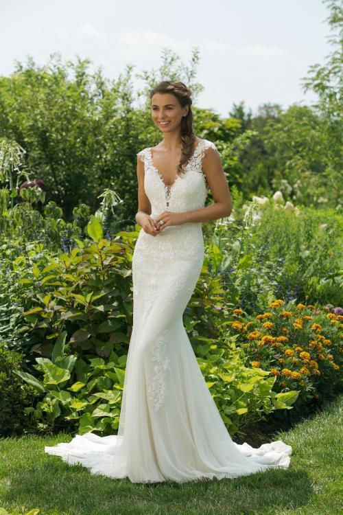 Cremefarbenes Brautkleid im Fit-and-Flare-Schnitt mit Spitze und tiefem V-Ausschnitt von Sweetheart, Modell 11033