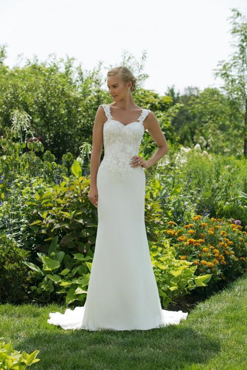 Cremefarbenes Brautkleid im Godet-Schnitt mit Spitze und Ausschnitt in Herzform von Sweetheart, Modell 11032