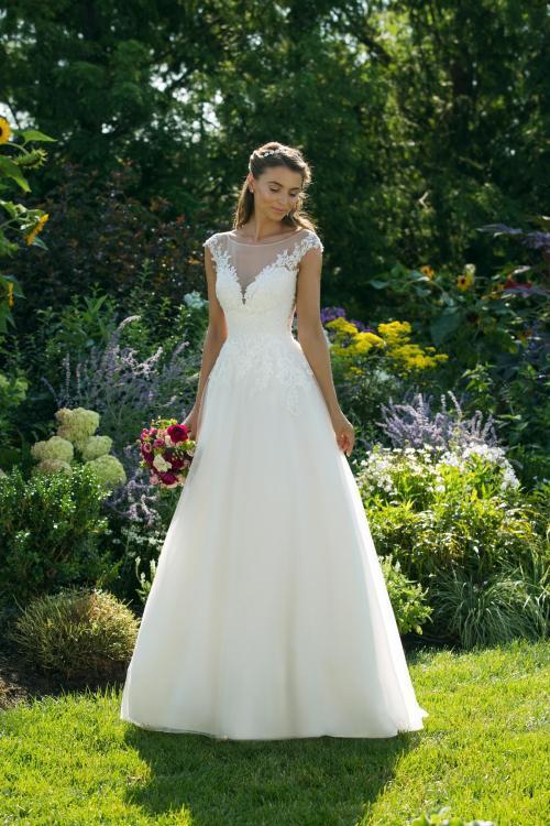 Cremefarbenes Brautkleid im Prinzessschnitt mit Spitze und Illusion-Ausschnitt von Sweetheart, Modell 11036