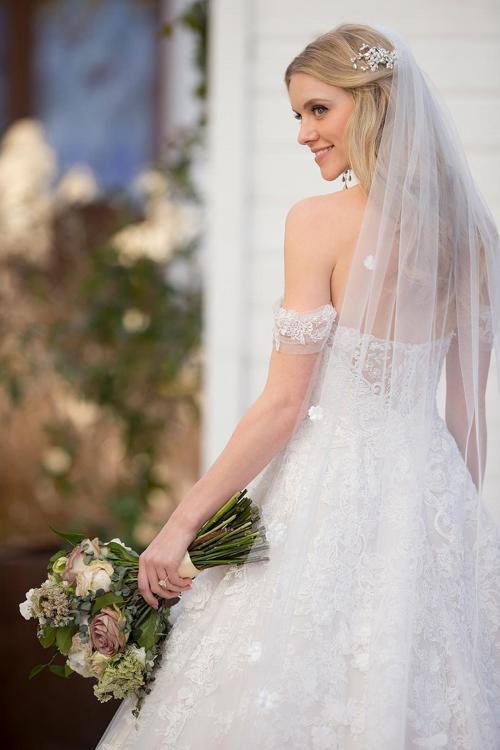 Cremefarbenes, schulterfreies Brautkleid aus Spitze im Prinzessschnitt von Martina Liana