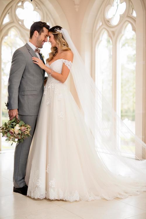 Cremefarbenes Brautkleid im Prinessschnitt mit Spitze, Ausschnitt in Herzform und Offshoulder-Trägern von Stella York