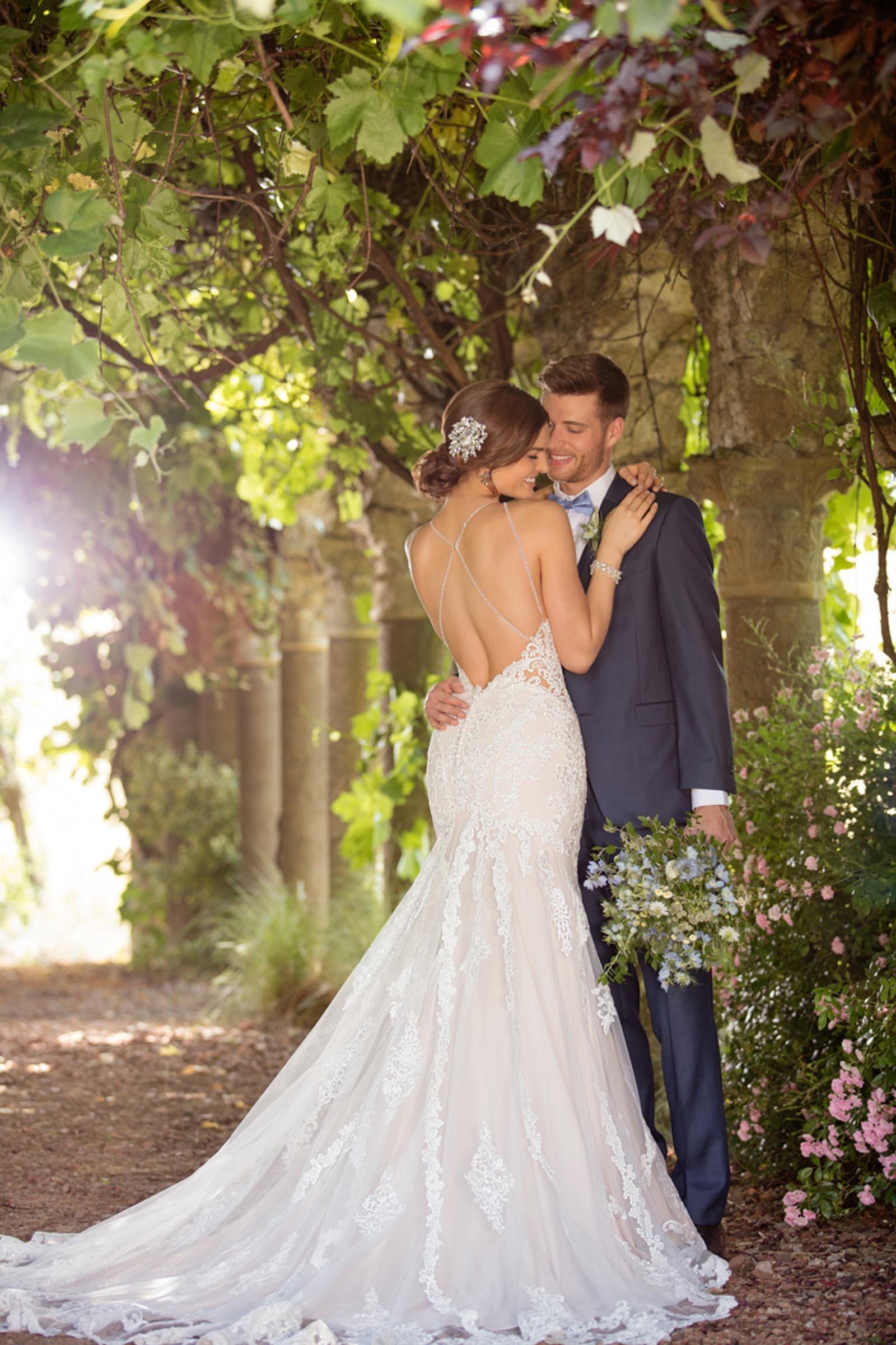 Cremefarbenes Brautkleid mit Spitze und tiefem Rückenausschnitt von Essense of Australia